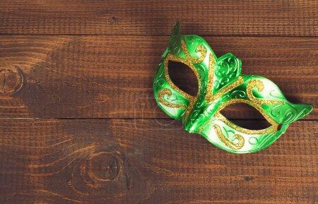 Photo pour Masque de vacances carnaval avec fond en bois - image libre de droit