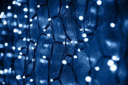 Photo pour Lumières de Noël décoratives sur fond bleu foncé - image libre de droit