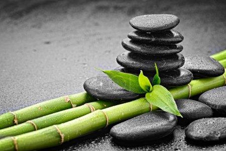Photo pour Pierres de basalte zen et bambou sur le noir - image libre de droit