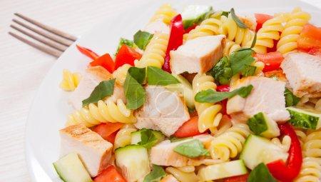Photo pour Salade de pâtes au poulet et légumes - image libre de droit