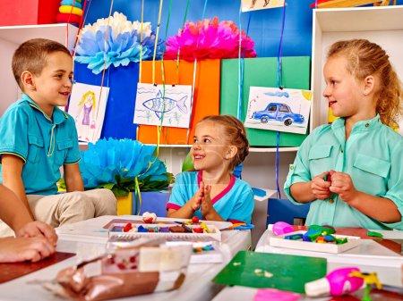 Photo pour Groupe enfants moule de pâte à modeler en maternelle. Modeling School - image libre de droit