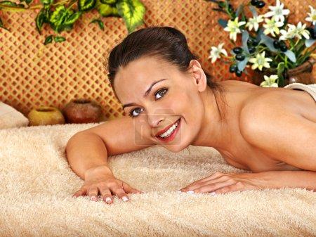 Photo pour Femme se masque corporel au spa beauté tropicale. - image libre de droit