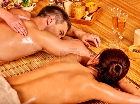 Photo pour Homme et femme relaxante au spa bambou. Couple d'amoureux. - image libre de droit