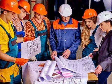 Photo pour Groupe d'affaires personnes dans les casques de constructeur intérieur . - image libre de droit