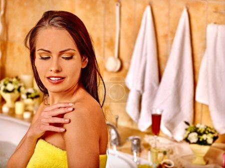 Photo pour Femme appliquant hydratant à la salle de bain . - image libre de droit