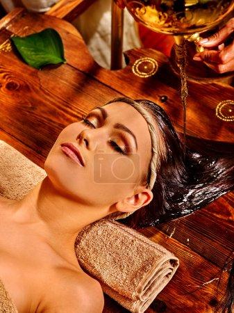 Foto de Mujer joven acostada sobre la espalda teniendo aceite Ayurveda tratamiento de spa . - Imagen libre de derechos
