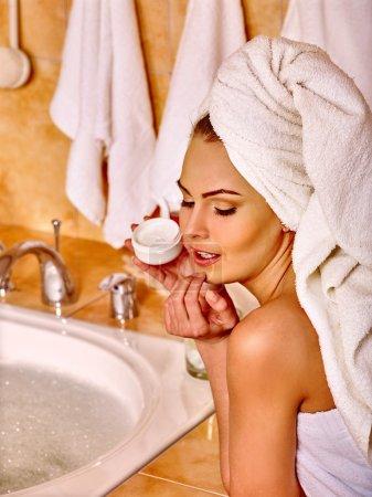 Photo pour Femme appliquant hydratant Cosmétiques salle de bain . - image libre de droit