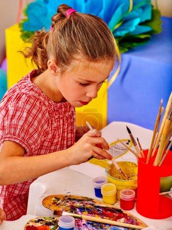 Photo pour Petite fille peinture image d'enfant sur le bureau à la maternelle - image libre de droit