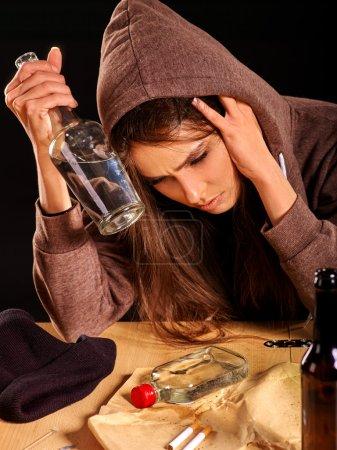 Photo pour Fille ivre boire de l'alcool bouteille. Problème social alcoolisme - image libre de droit