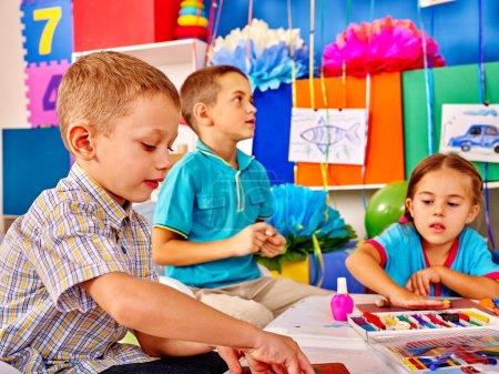 Photo pour Petit groupe de moule enfants de pâte à modeler à l'école de débutant - image libre de droit
