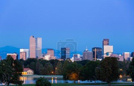 Photo pour Skyline de Denver Colorado depuis le City Park prise devant le Science Museum juste avant le lever du soleil - image libre de droit