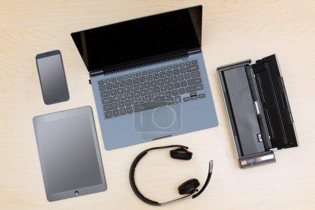 Photo pour Vue aérienne de nombreux écrans informatiques et smartphone pour illustrer la notion de télétravail ou travail à domicile - image libre de droit