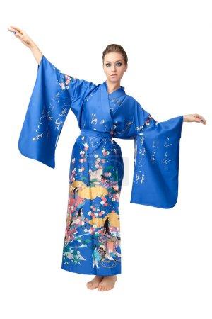 Photo pour Deux jeunes femmes en kimono japonais isolées sur fond blanc - image libre de droit