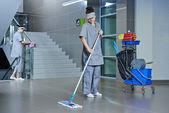 Munkavállaló tisztítás emeleten gép