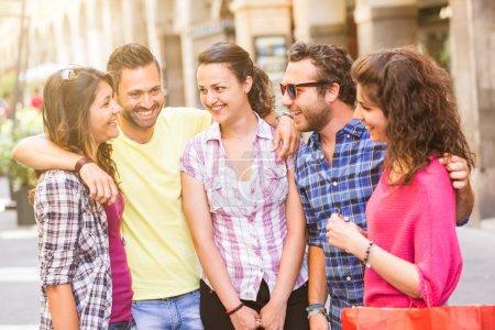 Photo pour Groupe d'amis se réunissant dans la ville. Ils sont jeunes et heureux, et ils pourraient être des touristes ou des étudiants. La photo a été prise à Pise, Italie, mais pourrait également être utilisée pour Rome, Florence ou Milan . - image libre de droit