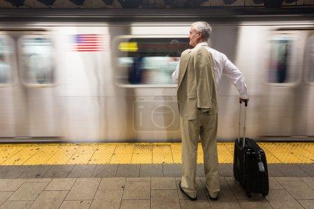 Senior Businessman Esperando el Tren en la Estación de Metro