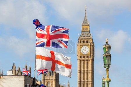 Photo pour Drapeaux britanniques et anglais à Londres - image libre de droit