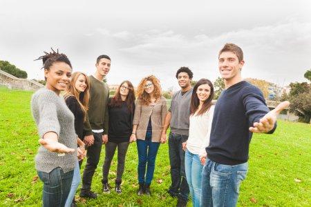 Foto de Grupo multiétnico de amigos dando una mano - Imagen libre de derechos