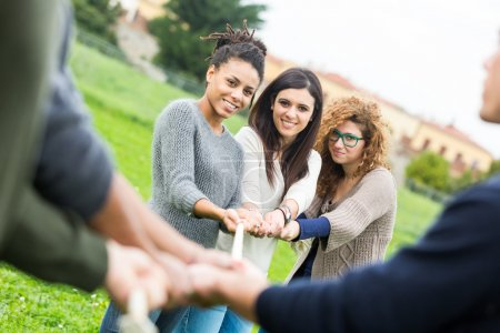 Multiracial personnes jouant au tir à la corde