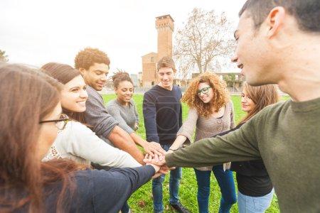 Photo pour Groupe multiracial d'amis avec les mains dans la pile, Travail d'équipe - image libre de droit