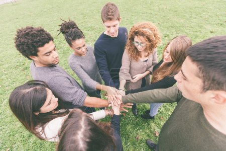 Foto de Multirracial grupo de amigos con las manos en la pila, trabajo en equipo - Imagen libre de derechos