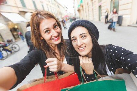 Photo pour Des femmes heureuses prenant un selfie après avoir fait du shopping - image libre de droit