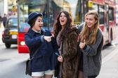 Mnohonárodnostní skupina dívek v Londýně