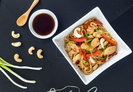 Photo pour Nouilles au poulet dans une assiette blanche - image libre de droit