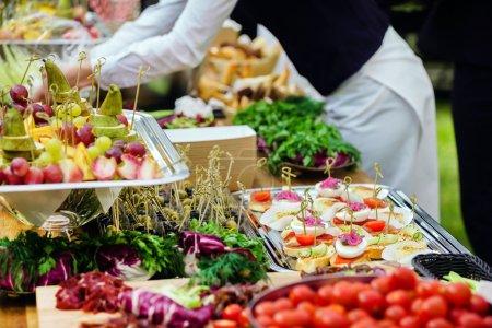 Photo pour Gros plan délicieux amuse-gueules délicieux buffet en plein air - image libre de droit