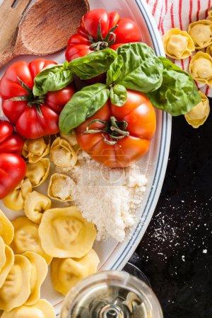 Photo pour Ingrédients pour la cuisine italienne sur blanc - image libre de droit