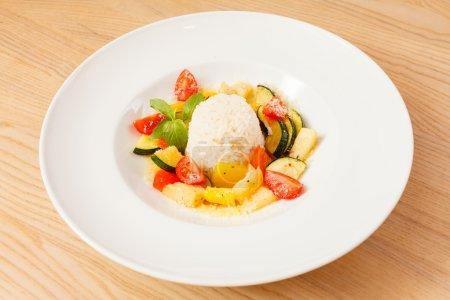 Photo pour Riz aux légumes sur la table - image libre de droit