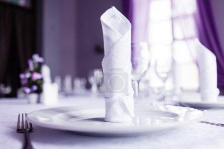 Photo pour Ensemble de tables pour le repas à la cafétéria - image libre de droit