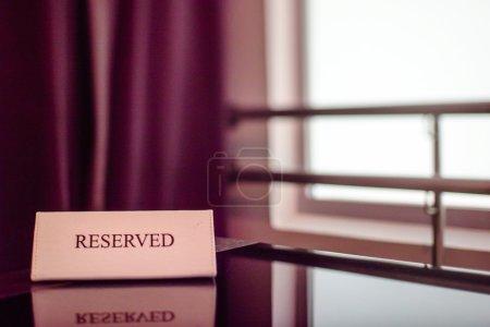 Photo pour Table réservée au Restaurant fermer vers le haut - image libre de droit