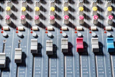 Photo pour Équipement de clavier mélangeur audio - image libre de droit