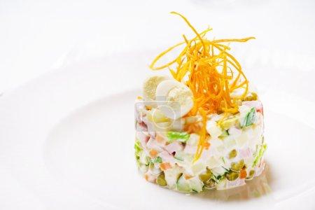 Photo pour Salade savoureuse sur plaque blanche - image libre de droit