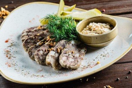 Photo pour Entrée de viande dans une assiette sur la table - image libre de droit