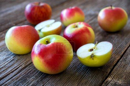 Pommes rouges et jaunes entières et tranchées