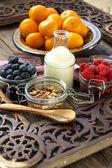 Zdravá snídaně s müsli a ovocem