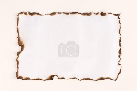 Photo pour Bord de feuille de papier brûlé isolé sur blanc - image libre de droit