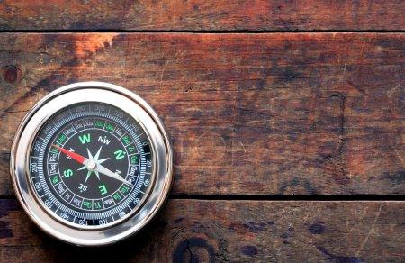 Photo pour Concept de navigation. Boussole sur une belle planche en bois - image libre de droit