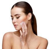 Krásná mladá žena s čisté čerstvé kůže