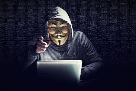 Photo pour Portrait de pirate et arrière-plan de code binaire - image libre de droit