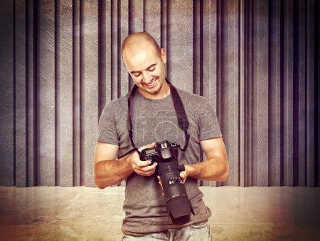 Photo pour Portrait de photographe et fond 3D en béton - image libre de droit