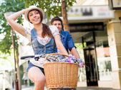 Coppie felici in città con la bici