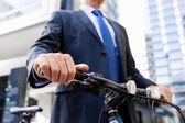 Úspěšný podnikatel jedoucí na kole