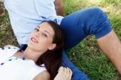 Mladý pár v parku