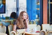 Krásná Pařížanka v kavárně