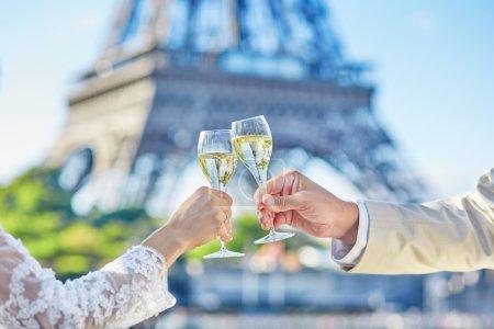 Photo pour Juste un couple marié buvant du champagne pour célébrer leur mariage - image libre de droit