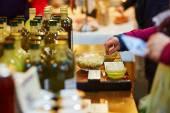 Žena degusting čerstvé bio olivový olej