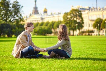Photo pour Jeunes couples romantiques heureux marchant ensemble à Saint-Pétersbourg, Russie un jour ensoleillé chaud d'automne - image libre de droit